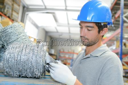 arbeitskraft in einem lager das stacheldraht