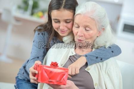 geben ihrer grossmutter ein geschenk