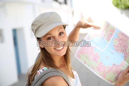 touristisches maedchen das stadtplan haelt