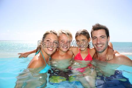 glueckliche familie geniessen bad zeit in