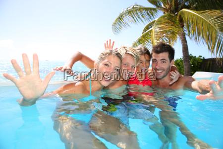 glueckliche familie geniessen badezeit im infinity