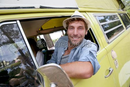 modischer kerl ein vintage camper van