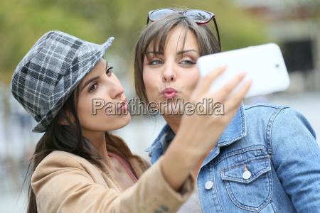 freundinnen nehmen selfie bild mit smartphone