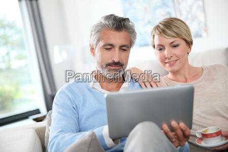 paar mittleren alters im web surfen
