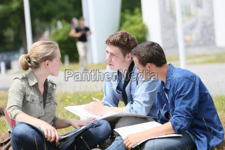 jugendliche sitzen im park zum studium