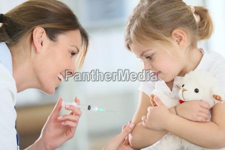tapferes kleines maedchen injektion erhielten in
