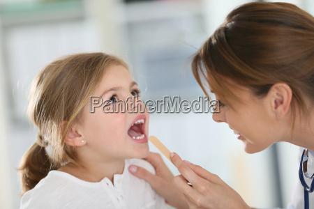 arzt untersuchen kindes hals und mund