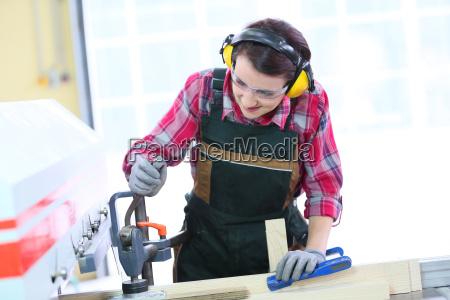 junger tischler der elektrische saegemaschine verwendet