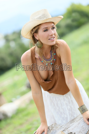 attraktive frau modell mit cowgirlart