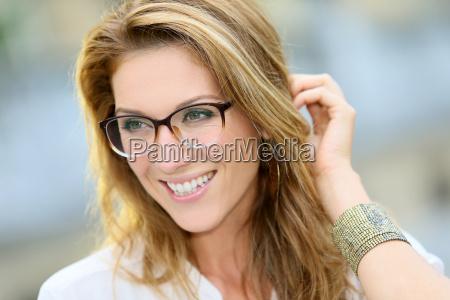 portraet einer reifen frau mit brille