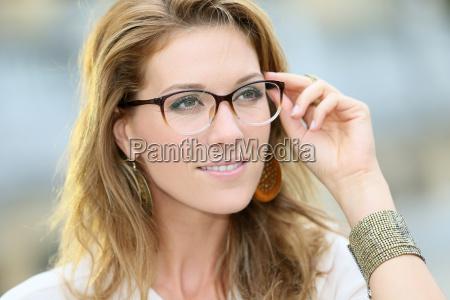 portraet der reifen frau mit brille