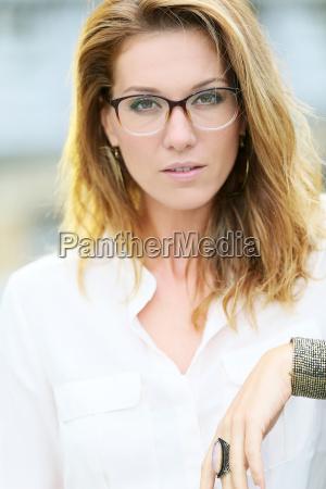 portrait der reifen frau mit brille