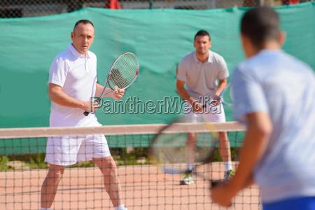 maenner spielen tennis doppel
