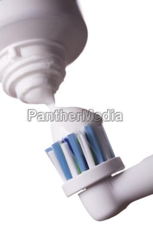 elektrische zahnbuerste mit zahncreme isoliert auf