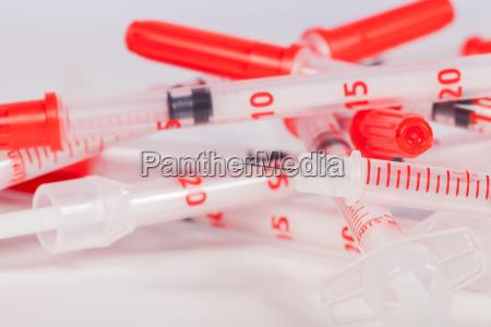 kleine spritzen mit injektionsnadeln und schutzkappen