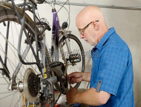 mann mit dem fahrrad in seiner
