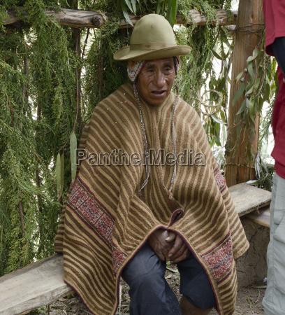 portraet eines einheimischen peruanischen mannes tragen