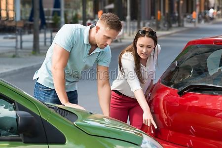 frau die mann auto zusammenstoss zeigt