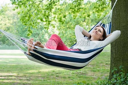 frau entspannt in hammock