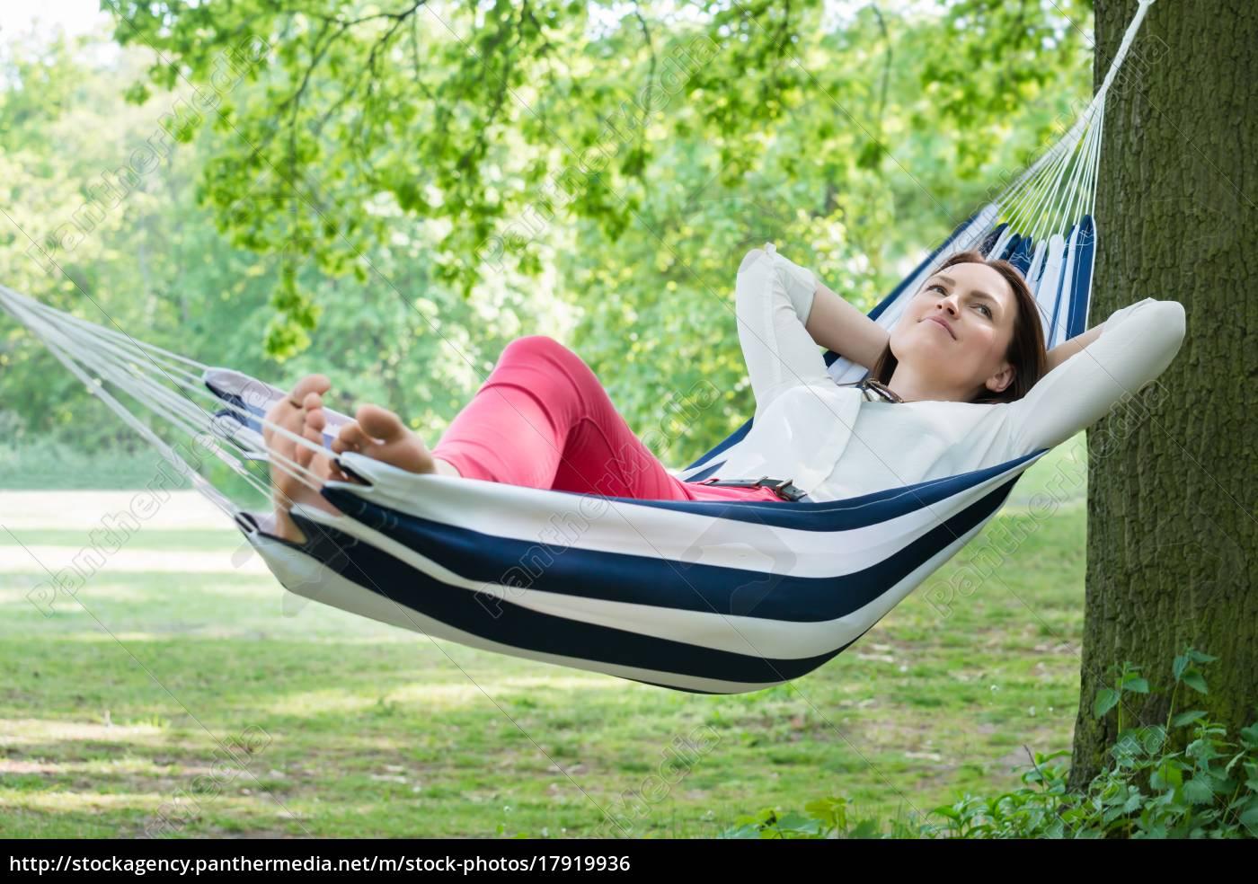 frau, entspannt, in, hammock - 17919936