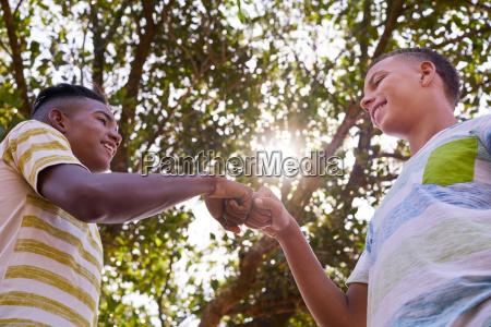 fnise smiler hand haender venskab unge