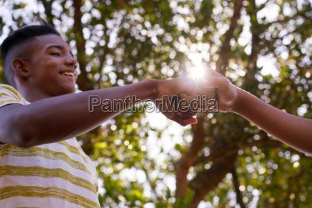 schwarzweiss teenager haende gegen rassismus beitritt