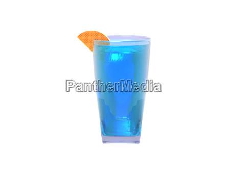 cocktail mit zitronenscheibe freigestellt