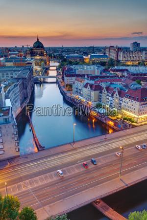 sonnenuntergang an der spree in berlin