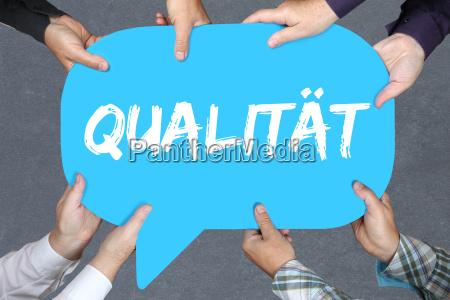 gruppe menschen halten qualitaet erfolg qm
