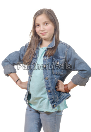 portraet eines jungen maedchens mit jeansjacke