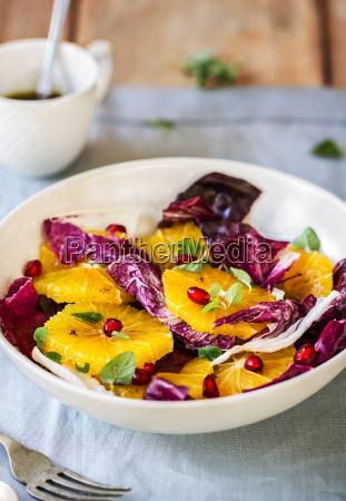 orange mit granatapfel und radicchio salat