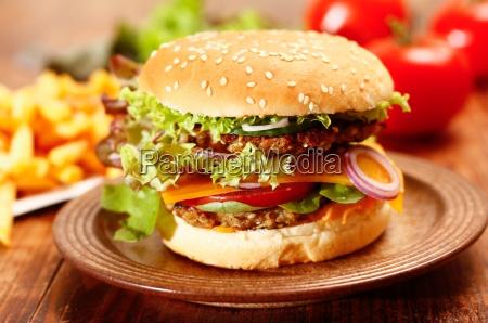 cheeseburger und pommes