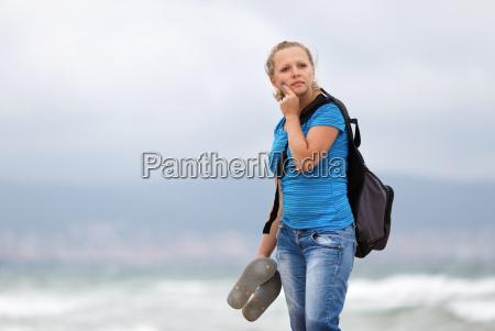 maedchen mit einem rucksack