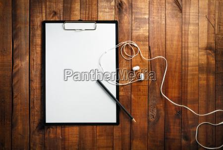 rohes papier bleistift und kopfhoerer