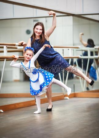 mutter und tochter im tanzkurs