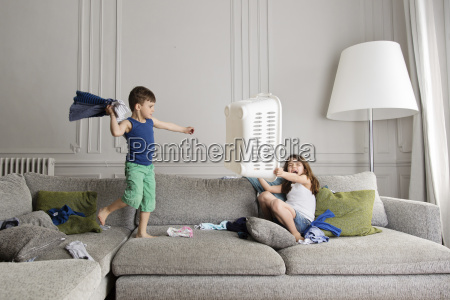 verspielt chaos barfuss frankreich couch schwester