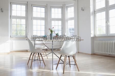 home interior mit tisch und stuehlen
