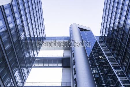 blau modern moderne reflexion buerogebaeude buerohaus
