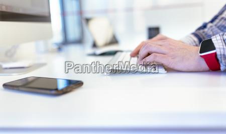 nahaufnahme des mannes mit smartwatch computer