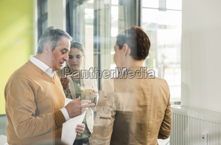 konferenzraum kommunikation zusammenarbeit deal geschaeft business