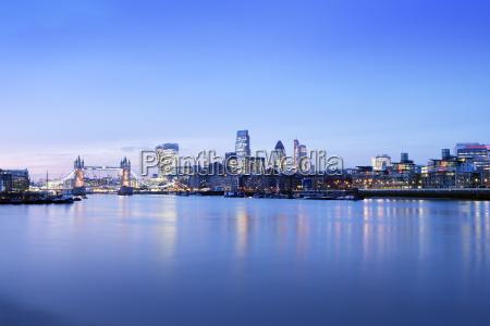 uk london skyline mit der themse