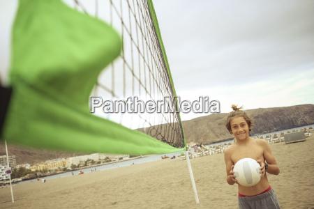 spanien teneriffa kleiner junge mit beachvolleyball