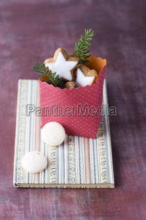 papierbeutel mit nuessen und weihnachtsplaetzchen auf