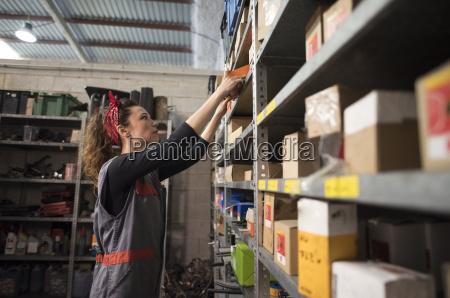 arbeitsstelle arbeitsstaette spanien mechaniker garage regal