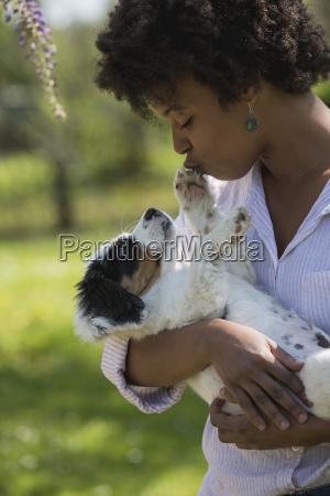 junge frau mit hund in ihren