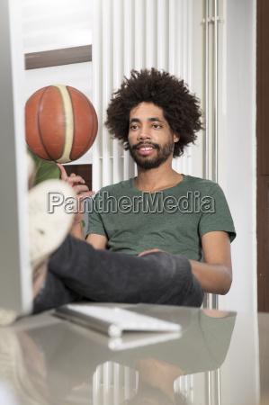 kreativer professioneller balancebas basketball am schreibtisch
