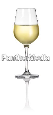 glas mit weisswein vor weissem hintergrund