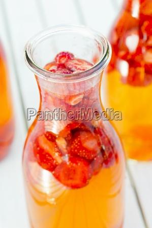frisch zubereiteter erdbeeressig in der flasche