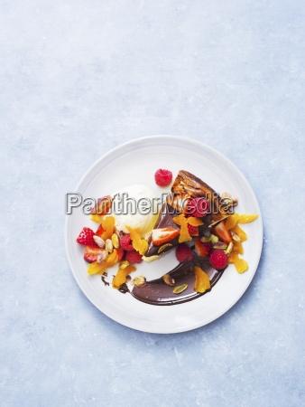 kaesekuchen mit schokoladensauce eis und frischem