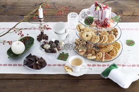 suesses weihnachtsbuffet mit keksen schokolade und